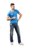 Hombre joven que señala mientras que liga Imagen de archivo