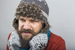 Hombre joven que siente intentar frío mantener caliente, la sacudida y el shiverin Fotografía de archivo libre de regalías