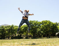 Hombre joven que siente libremente en el parque Fotos de archivo