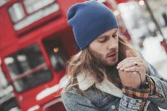 Hombre joven que siente mismo fr?o el caminar en la calle foto de archivo