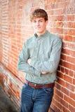 Hombre joven que sonríe afuera Fotos de archivo