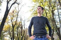 Hombre joven que sonríe al aire libre Imagenes de archivo