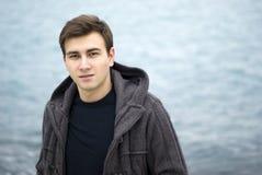 Hombre joven que sonríe al aire libre, retrato Fotografía de archivo libre de regalías