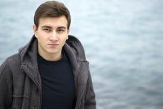 Hombre joven que sonríe al aire libre, retrato Imágenes de archivo libres de regalías