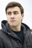 Hombre joven que sonríe al aire libre, retrato Imagen de archivo libre de regalías