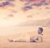 Hombre joven que sonríe en la playa imagenes de archivo