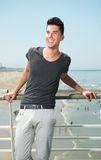 Hombre joven que sonríe mientras que el vacaciones en la playa Fotos de archivo libres de regalías