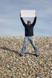 Hombre joven que sostiene la tarjeta blanca Imagen de archivo