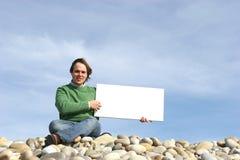 Hombre joven que sostiene la tarjeta blanca Fotografía de archivo libre de regalías