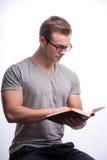 Hombre joven que sostiene un libro Imágenes de archivo libres de regalías