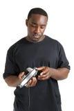 Hombre joven que sostiene un receptor de cabeza del auricular de la música Imagen de archivo libre de regalías