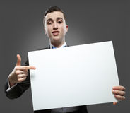 Hombre joven que sostiene un whiteboard. Fotografía de archivo libre de regalías
