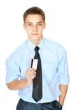 Hombre joven que sostiene una tarjeta de crédito Foto de archivo