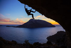 Hombre joven que sube a lo largo del tejado en cueva Fotos de archivo