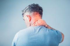 Hombre joven que sufre de dolor de cuello Dolor de cabeza Fotos de archivo