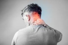 Hombre joven que sufre de dolor de cuello Dolor del dolor de cabeza Imagen de archivo libre de regalías