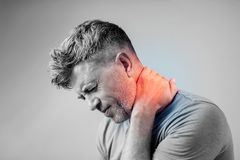 Hombre joven que sufre de dolor de cuello Dolor del dolor de cabeza Fotografía de archivo libre de regalías