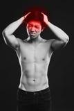 Hombre joven que sufre de dolor de cabeza Fotos de archivo