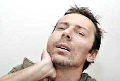 Hombre joven que sufre del dolor de muelas, dolor de dientes, teniendo un hinchado Imagen de archivo