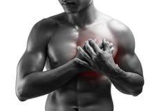 Hombre joven que tiene ataque del corazón, dolor de pecho, aislado en los vagos blancos imagenes de archivo