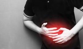 Hombre joven que tiene dolor y lesión abdominales en área del vientre Imagen de archivo