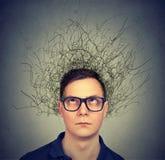 Hombre joven que tiene mente caótica imagen de archivo