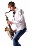 Hombre joven que toca el saxofón Foto de archivo