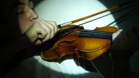 Hombre joven que toca el violín almacen de metraje de vídeo