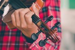 Hombre joven que toca el violín en fondo blanco aislado Imagenes de archivo