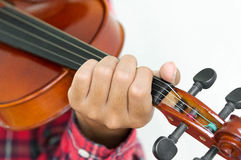 Hombre joven que toca el violín en fondo blanco aislado Fotografía de archivo