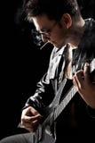 Hombre joven que toca la guitarra Foto de archivo libre de regalías