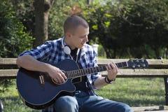 Hombre joven que toca la guitarra Imagenes de archivo