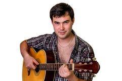 Hombre joven que toca la guitarra acústica - aislada en blanco Imagenes de archivo