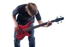 Hombre joven que toca la guitarra baja Imagen de archivo