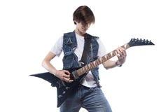 Hombre joven que toca la guitarra eléctrica Fotos de archivo libres de regalías