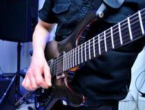 Hombre joven que toca la guitarra eléctrica en la boda Fotos de archivo libres de regalías