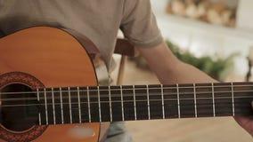 Hombre joven que toca la guitarra almacen de video