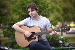 Hombre joven que toca una guitarra Fotografía de archivo libre de regalías