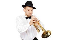Hombre joven que toca una trompeta Fotos de archivo