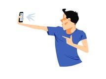 Hombre joven que toma el selfie confiado con el teléfono elegante imagenes de archivo