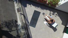 Hombre joven que toma el sol y que toma la imagen de Selfie almacen de video