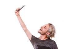Hombre joven que toma la foto del selfie con la cámara del smartphone Imagen de archivo