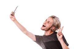 Hombre joven que toma la foto del selfie con la cámara del smartphone Imágenes de archivo libres de regalías