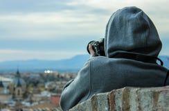 Hombre joven que toma las imágenes de la ciudad de Granada foto de archivo libre de regalías