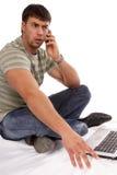 Hombre joven que trabaja con la computadora portátil Imágenes de archivo libres de regalías