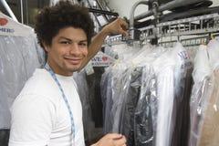 Hombre joven que trabaja en la limpieza en seco Fotografía de archivo