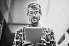 Hombre joven que usa concepto de la tableta de la ojeada fotos de archivo libres de regalías