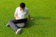 Hombre joven que usa el ordenador Imágenes de archivo libres de regalías