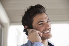 Hombre joven que usa el teléfono elegante Fotografía de archivo libre de regalías
