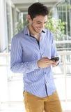 Hombre joven que usa el teléfono elegante Foto de archivo libre de regalías